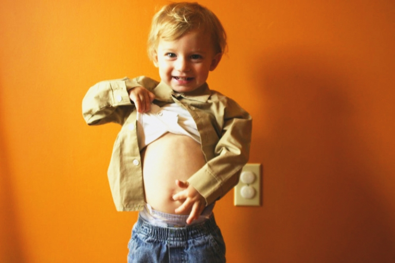 Child_pokes_own_navel_with_finger